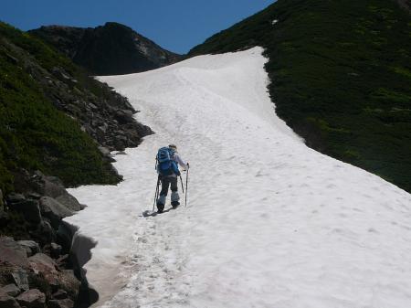 暑いので山頂直下の大きな雪渓を歩く