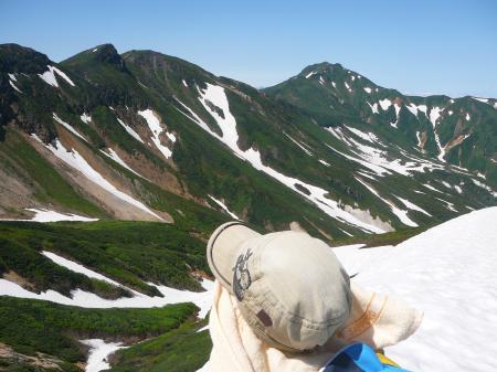 雪渓の谷側からは富良野岳と三峰山