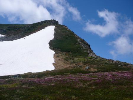 上ホロ避難小屋の水場の上には大きな雪渓