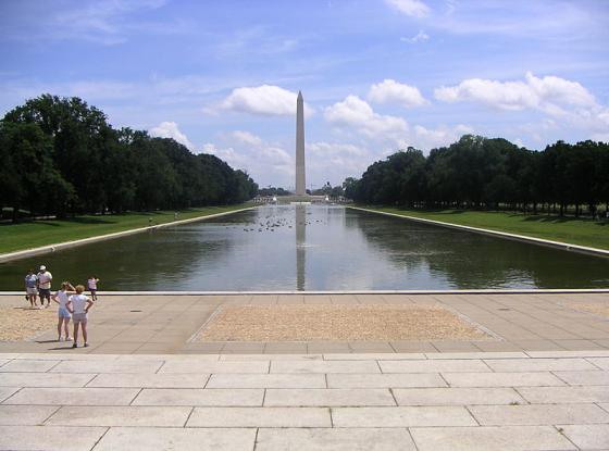 800px-Reflecting_pool_20130113165621.jpg