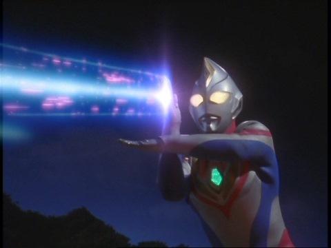 ギャンザーにソルジェント光線を放つウルトラマンダイナ