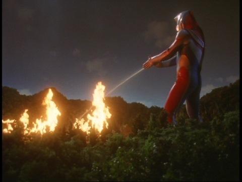 ウルトラ水流で炎を消すウルトラマンダイナ