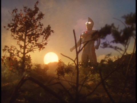 戦いが終わり、朝焼けの中に佇むウルトラマンダイナ