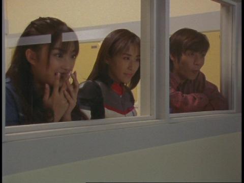 クレア星雲人のマスクが外される様子を見入る3人