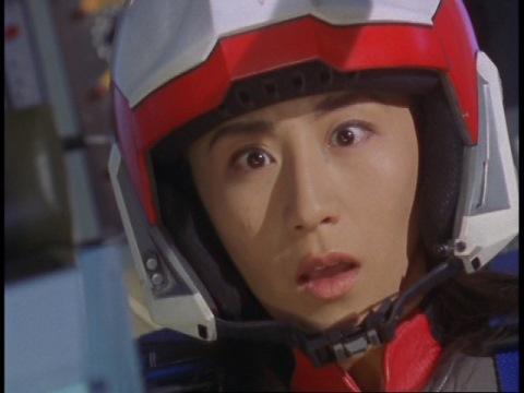 姿を消したギャンザーに驚くユミムラ・リョウ隊員(演:斉藤りさ)