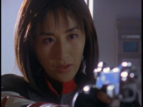 クレア星雲人シオンに銃口を向けるユミムラ・リョウ隊員(演:斉藤りさ)