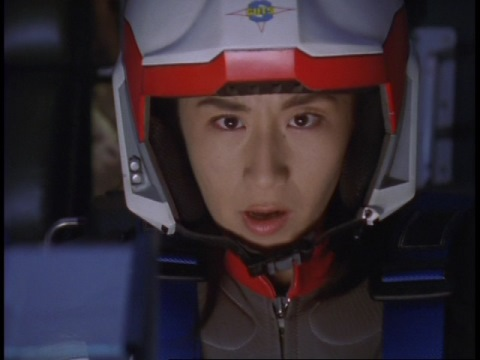 ガッツイーグルγ号でクレア星雲人シオンを追うユミムラ・リョウ隊員(演:斉藤りさ)