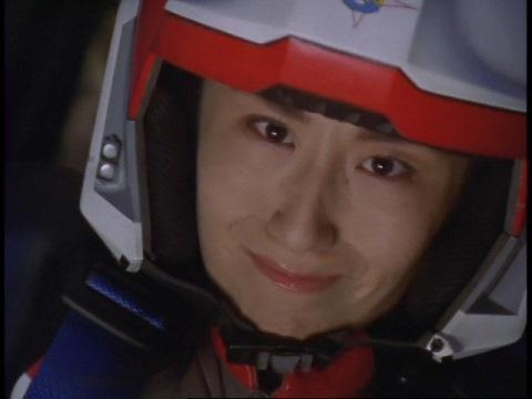 クレア星雲人のUFOを撃墜するユミムラ・リョウ隊員(演:斉藤りさ)