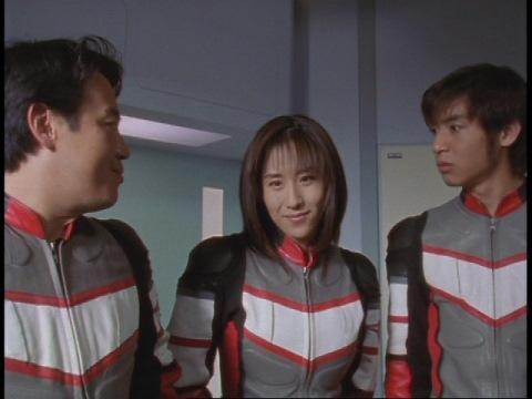 目を覚ましたマイ隊員を見舞うユミムラ・リョウ隊員(演:斉藤りさ)