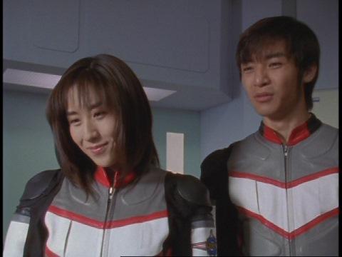 シオンは自分の星に帰ったと嘘をつくユミムラ・リョウ隊員(演:斉藤りさ)