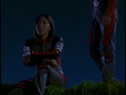 一人になって考えているユミムラ・リョウ隊員(演:斉藤りさ)の元へ、アスカ隊員がやってくる