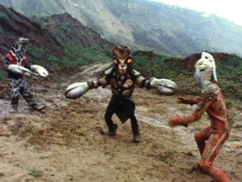 ウルトラセブンとゴドラの戦いに割って入るバルタン