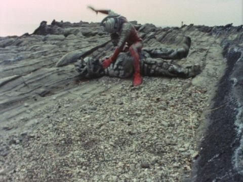 背後からシーボーズに襲われ、戦闘に入るセブン
