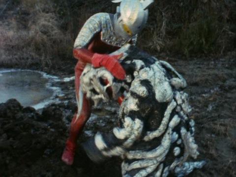 シーボーズを助けるセブン しかし殴られるハメに