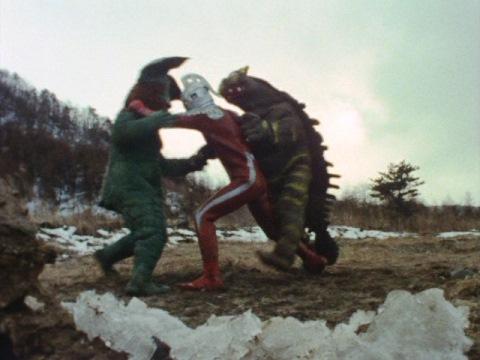 共闘してセブンに襲いかかるイカルスとキーラー
