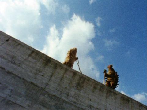 狭い土手の上ではち合う、座頭のウーとキーラー