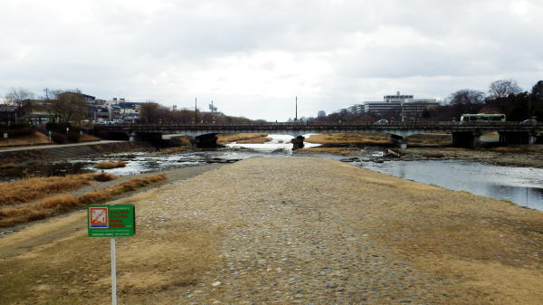 向こうに見えるは賀茂大橋