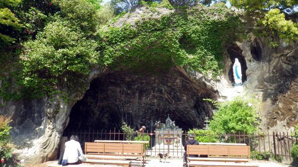 ルルドの泉の洞窟の岩場