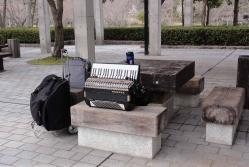 アコーディオンの練習~鏡山公園20130326-1