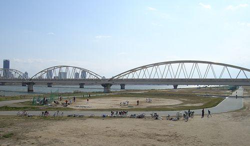 河川敷での少年野球チームの練習風景