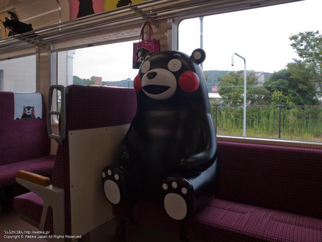 おれんじ鉄道×くまモンの列車のシートに座るくまモン