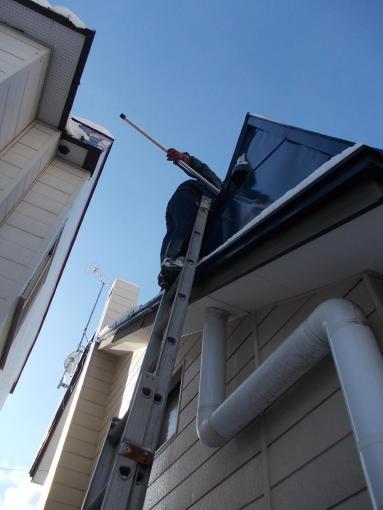 20130116_電気融雪屋根の雪を取り除く