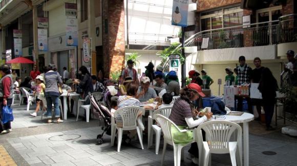 商店街の飲食スペース