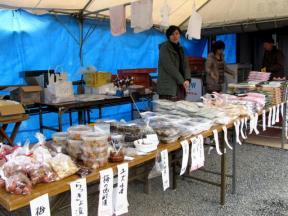 テントでは地元産の加工食品が