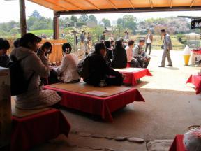 お茶を愉しむ観光客