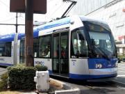 岡山市内を走る岡電の路面電車 MOMO