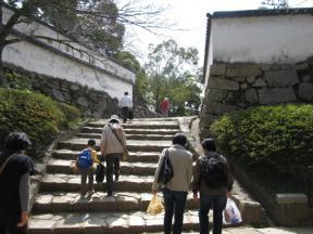 中の段への階段