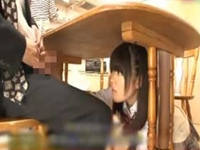 娘と近親相姦してる父親が更なるスリルを求めてテーブルの下で悪戯!