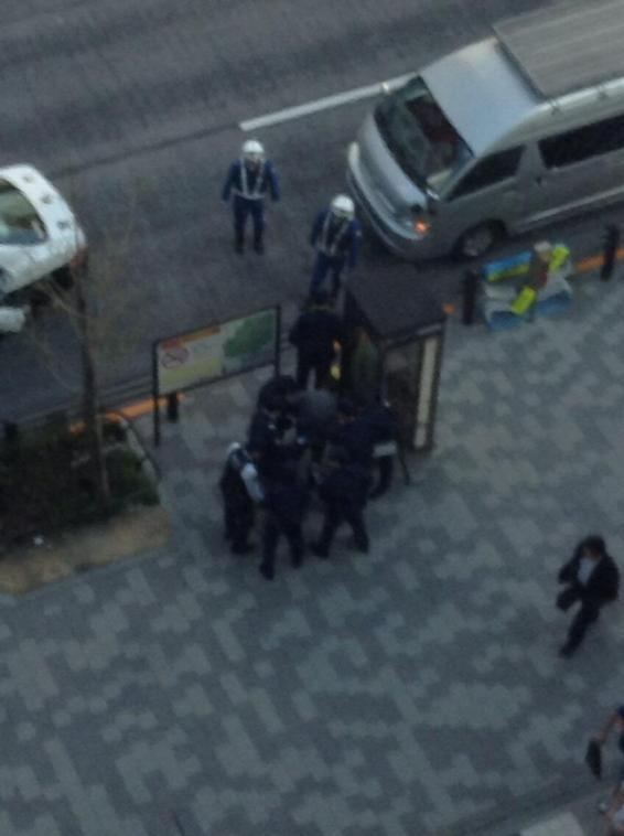 ベルサール秋葉原前で刃物を持った男が現れ、警察に現行犯逮捕された模様!