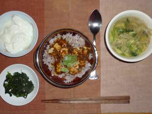 麻婆豆腐丼,ほうれん草の胡麻和え,もやしの中華スープ,ヨ―グルト