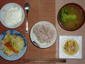 胚芽押麦入り五穀米,納豆,蒸しキャベツの黒こしょう炒め,ブロッコリーのおみそ汁,ヨーグルト