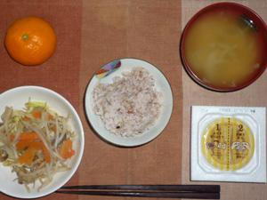 胚芽押麦入り五穀米,納豆,もやしの蒸し野菜,玉ねぎのおみそ汁,みかん