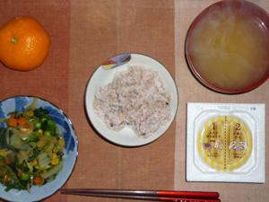 胚芽押麦入り五穀米,納豆,ほうれん草とミックスベジタブルのソテー,玉ねぎのおみそ汁,みかん