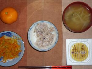 胚芽押麦入り五穀米,納豆,人参と玉ねぎの塩こしょう炒め,もやしのおみそ汁,みかん