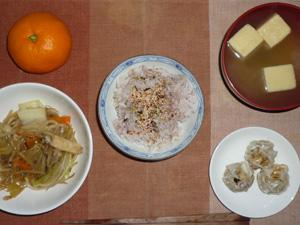 胚芽押麦入り五穀米,梅ふりかけ,もやしとキャベツのにんにく醤油炒め,焼売×3,高野豆腐のおみそ汁,みかん