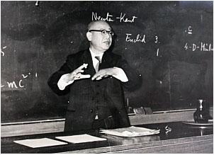 1961年の退官記念講義で教壇に立つ三村教授