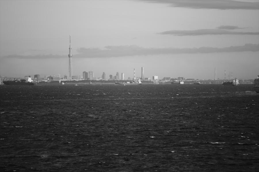 海ほたる朝スカイツリーモノクロ04