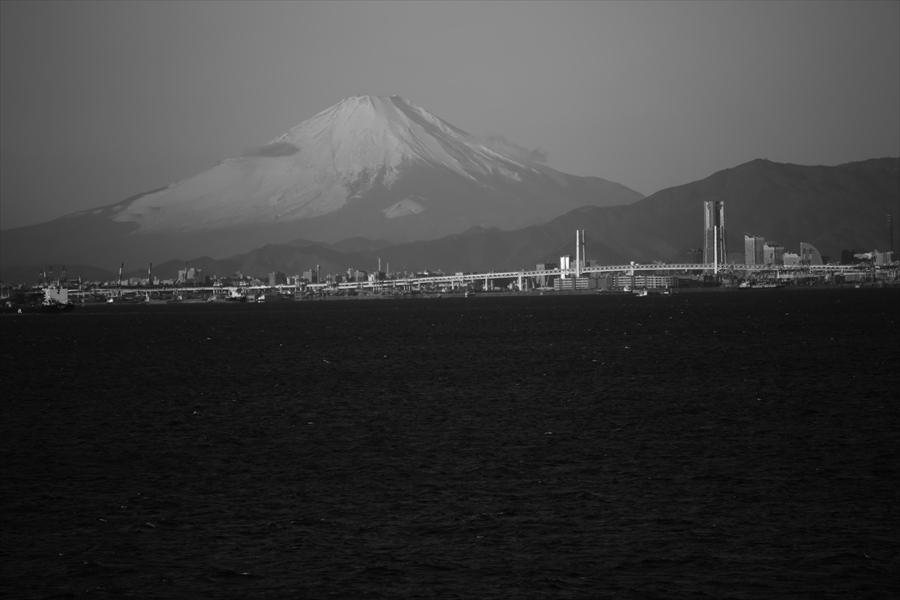 海ほたる朝富士山モノクロ01