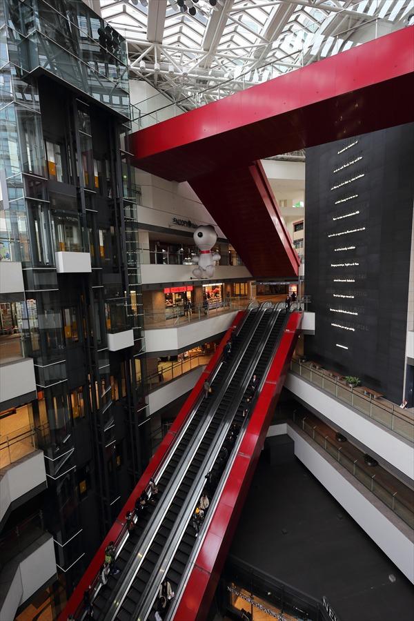 横浜みなとみらい駅階段01