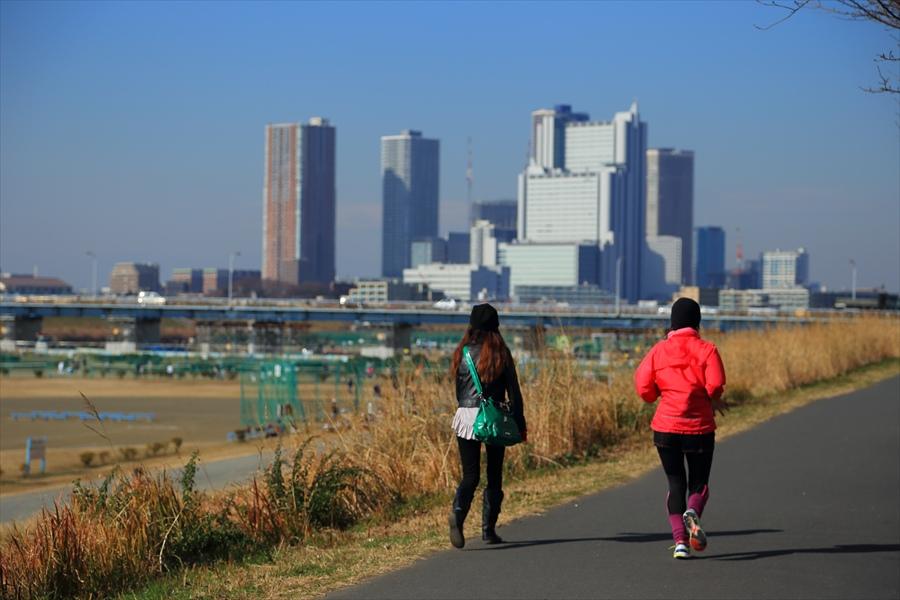 多摩川土手道路女性歩行者ランナー03