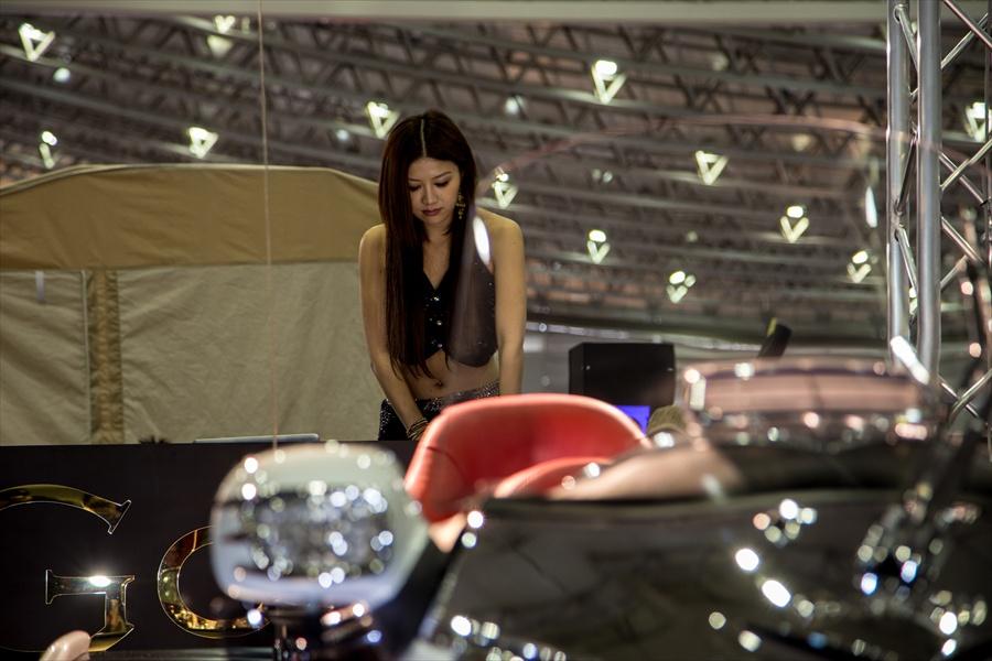 東京オートサロンバイクと女性DJ