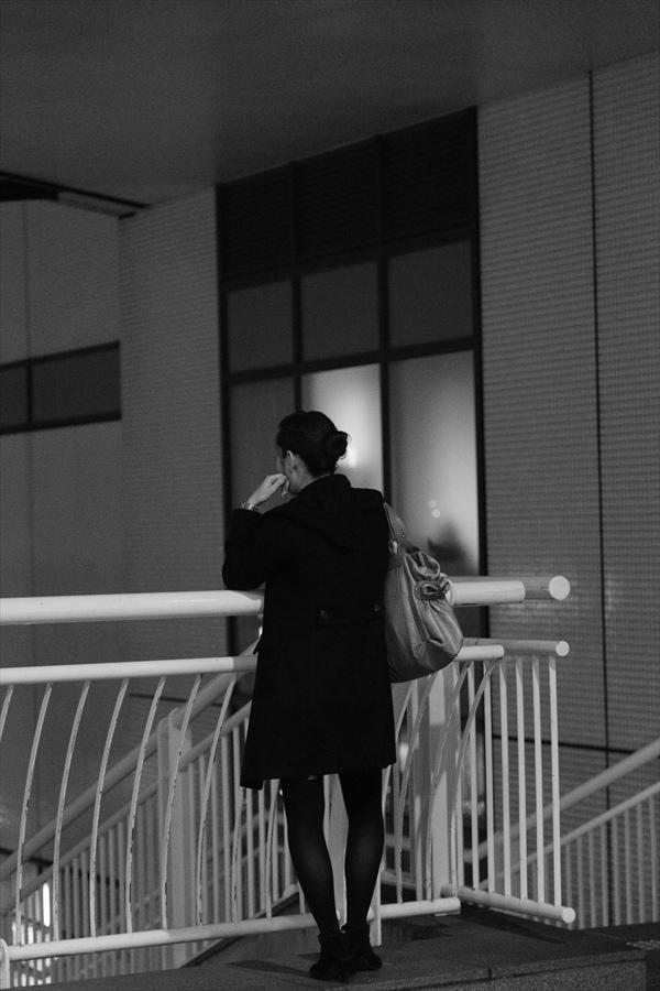 CP2013横浜トワイライト女性佇むモノクロ13