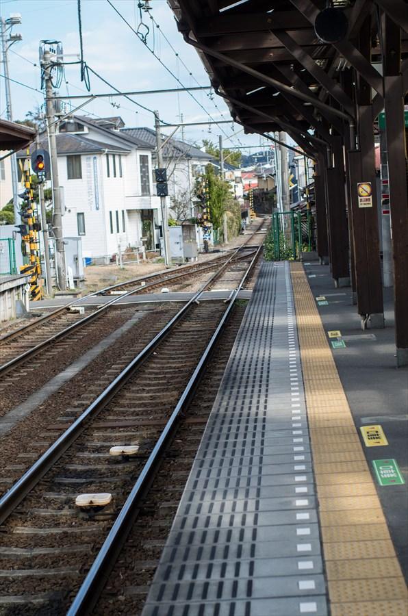 江ノ電車内から撮影スタート七里ヶ浜駅ホーム02