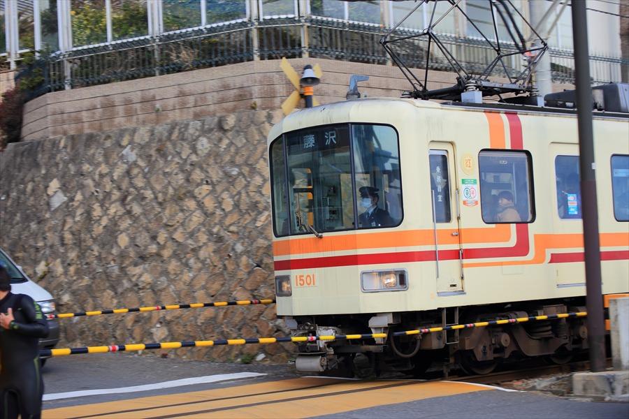 鎌倉江ノ電鎌倉高校前駅隣踏切通過電車15