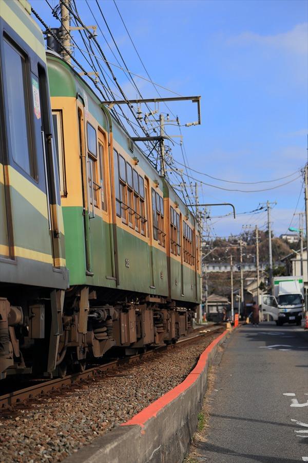 江ノ電七里ヶ浜脇道上り通過06