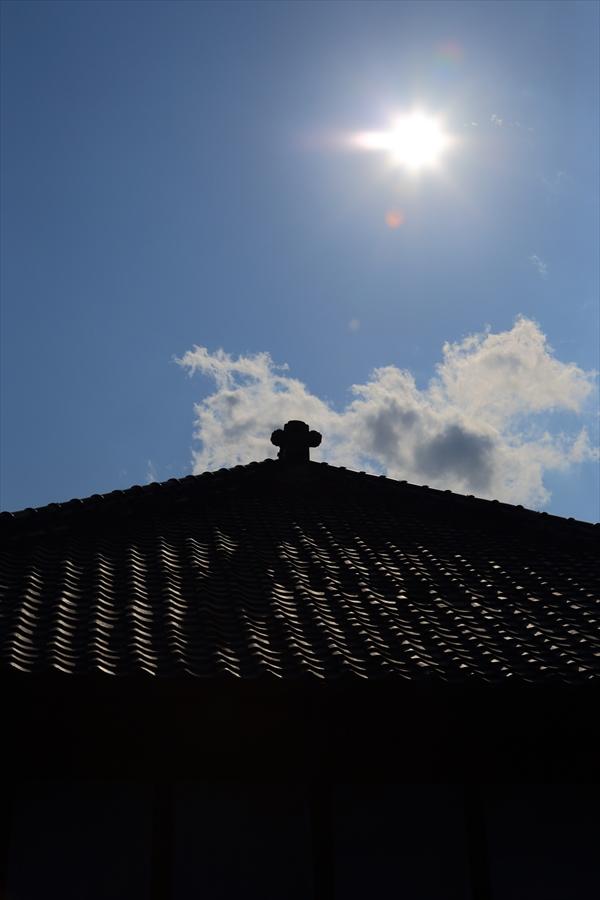 5月自宅眩しい日差し母屋屋根05